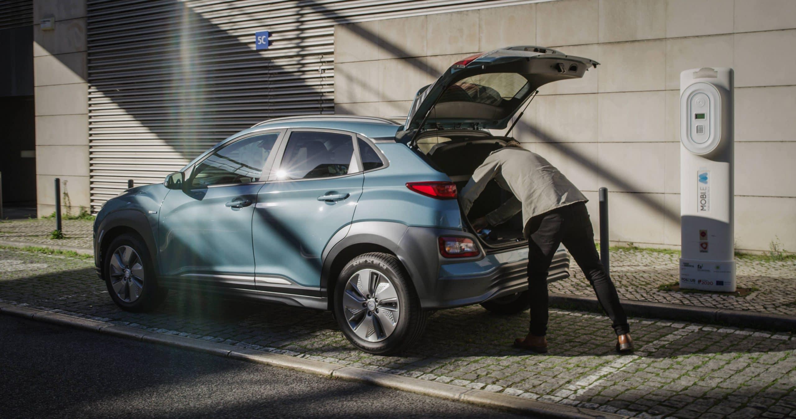 Homem a retirar objetos do interior de um Hyundai KAUAI