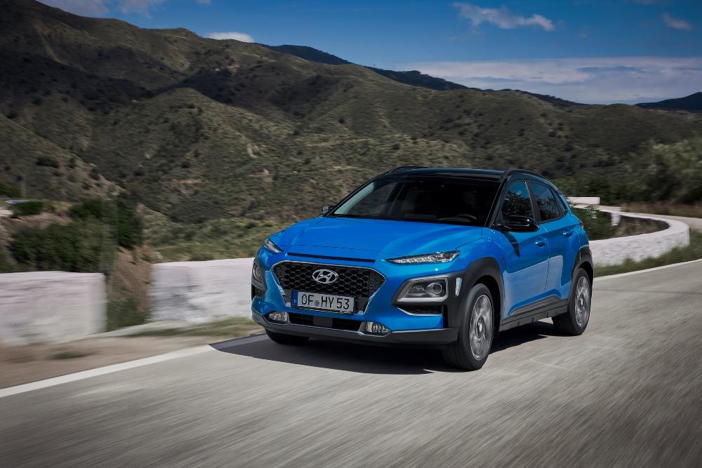 Hyundai Kauai azul na estrada
