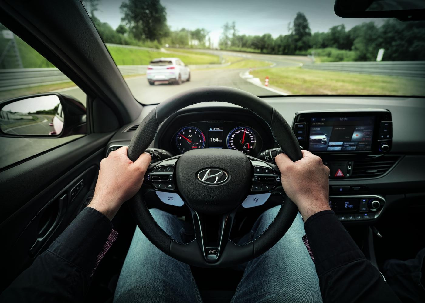 pessoa no interior de um veículo a testar autonomia dos carros elétricos