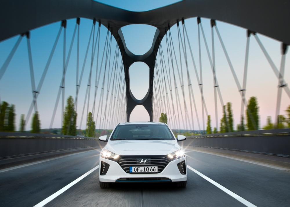 Carro híbrido plug in a passar uma ponte