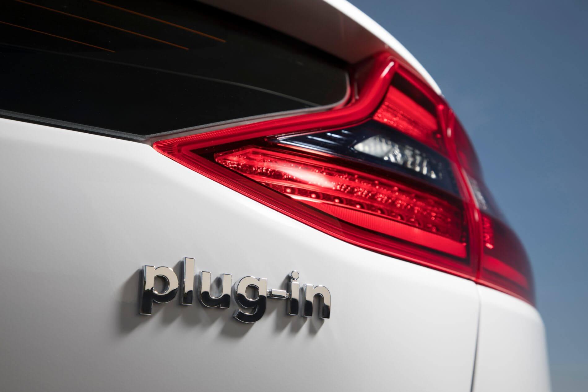 close-up na indicação plug-in de um carro híbrido
