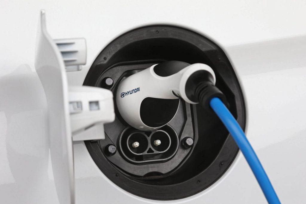 close-up num carro elétrico a carregar