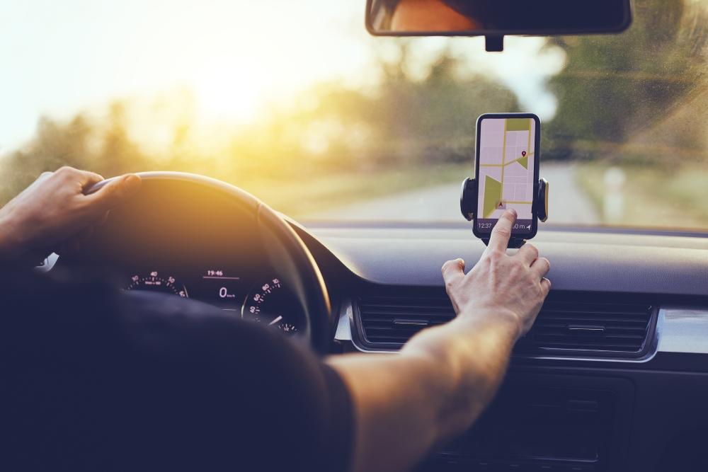 Pessoa a consultar app de carregamento de carros elétricos