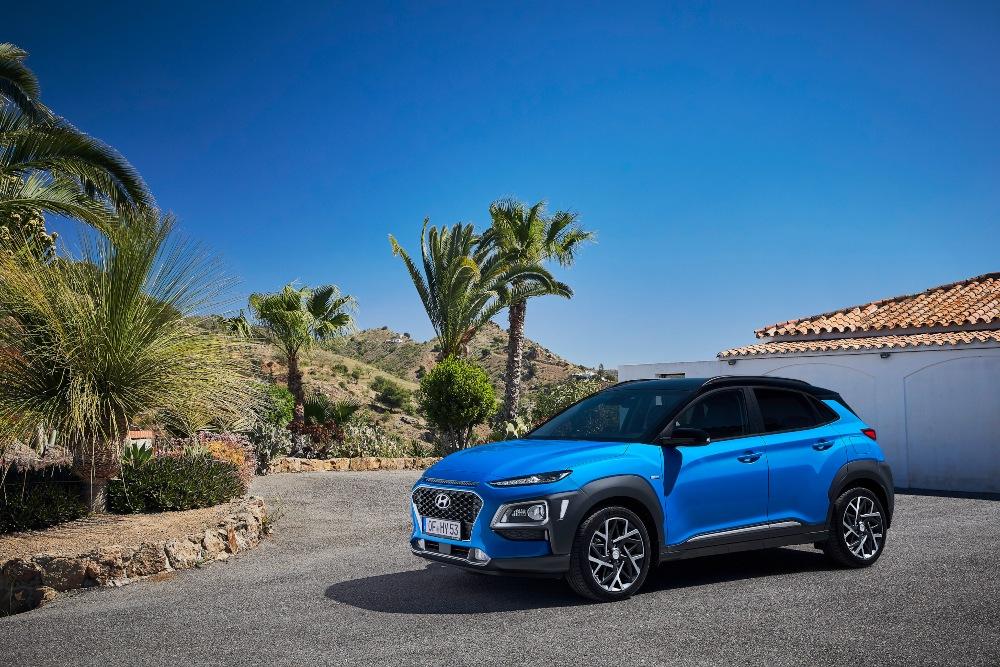 Carro Hyundai azul estacionado