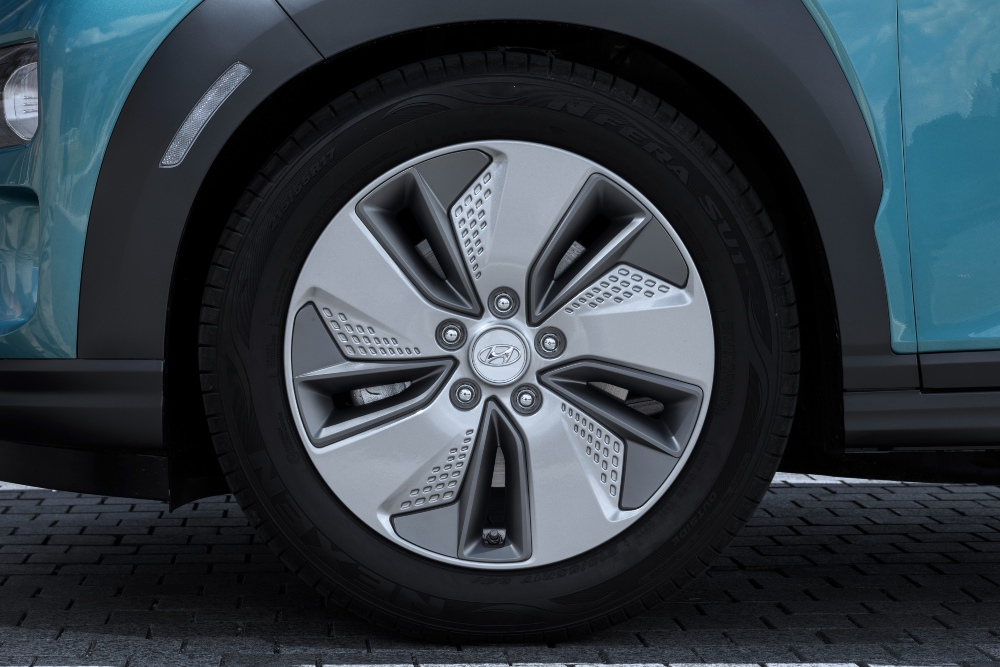 grande plano de um pneu