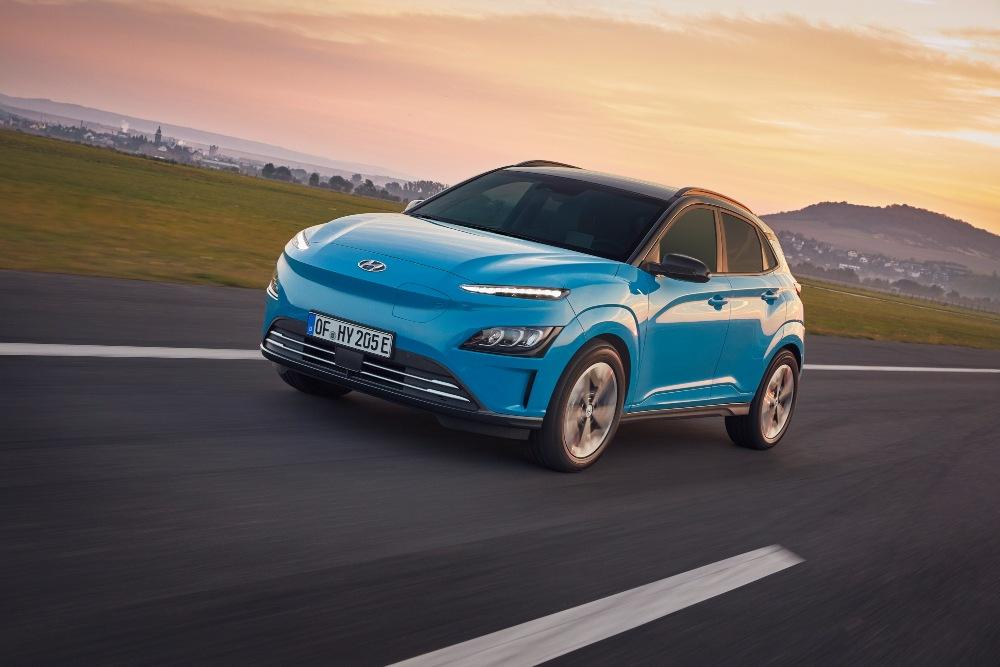Hyundai Kauai Eletric azul na estrada