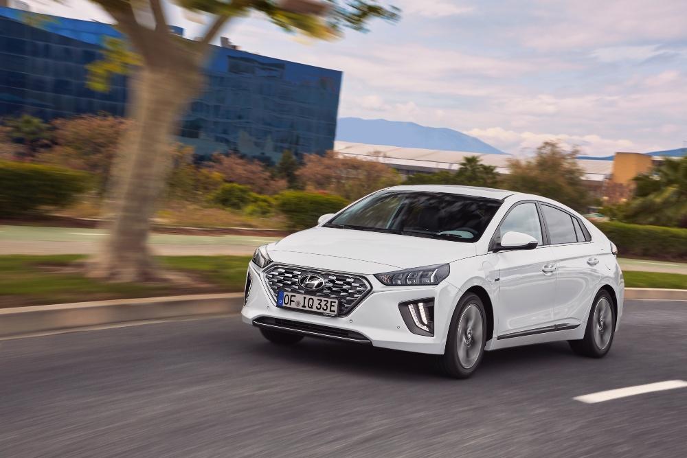 Hyundai Ioniq branco na estrada