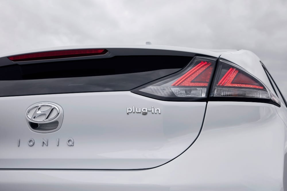 Hyundai IONIQ plug-in - carros híbridos desastre ambiental