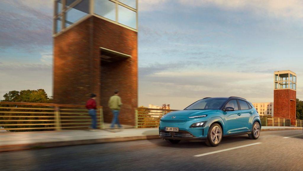 Hyundai Kauai elétrico azul na estrada